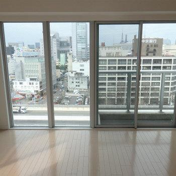 この大きな窓から眺めるは…(※写真は12階の同間取り別部屋のものです)