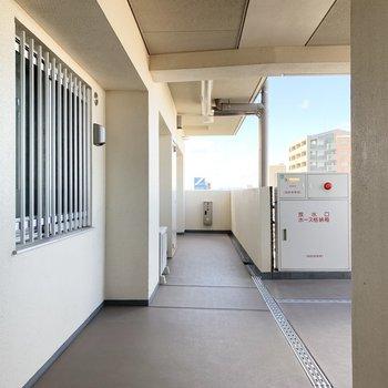 共用廊下もオープンで明るい空間。