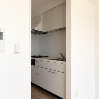 キッチンはゆるく仕切られた空間です。(※写真は11階の同間取り別部屋のものです)