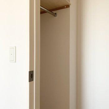 【洋6北】ハンガーパイプでお洋服からバッグや小物まで容量たっぷり◎(※写真は11階の同間取り別部屋のものです)