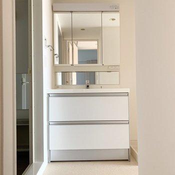 洗濯機置場のお隣にシャンプードレッサー。鏡が大きくて使いやすそう◎(※写真は11階の同間取り別部屋のものです)
