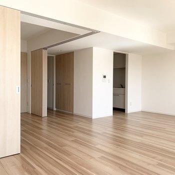 LDK収納も大きめです。(※写真は11階の同間取り別部屋のものです)