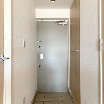さて、室内の最後は玄関を。(※写真は11階の同間取り別部屋のものです)