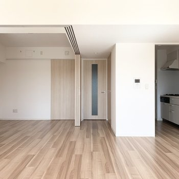 LDK横の洋室は床に境目がないので大きく一体としても使いやすい造りです。(※写真は11階の同間取り別部屋のものです)