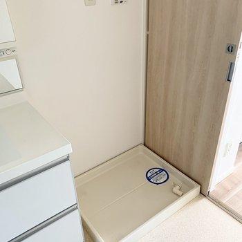 キッチンから手前に洗濯機置場。家事動線良し◎(※写真は11階の同間取り別部屋のものです)