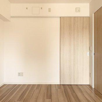 【洋6南】北側には収納付。(※写真は11階の同間取り別部屋のものです)