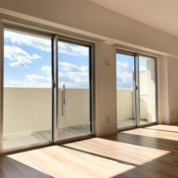 窓からの空が気持ち良いファミリー向けのお部屋です。 (※写真は11階の同間取り別部屋のものです)