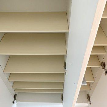 床から天井までの背の高いシューズボックスは3枚扉で容量たっぷり◎(※写真は11階の同間取り別部屋のものです)