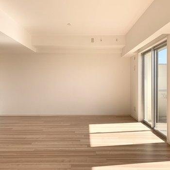 ポカポカ気持ち良い16.5帖の空間です。(※写真は11階の同間取り別部屋のものです)