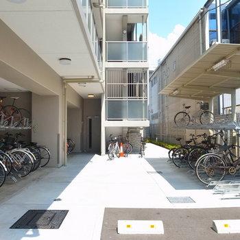【共用部】駐輪場はマンションの裏手です。