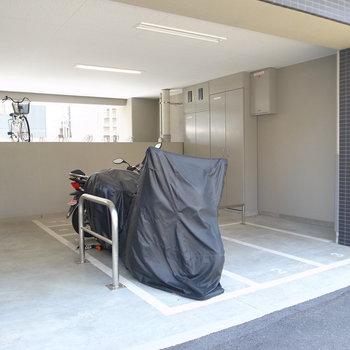 【共用部】バイク置き場は入り口のそばに。