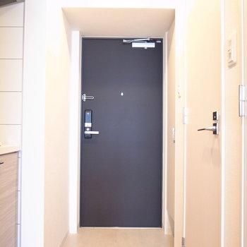 玄関は脱ぎ履きしやすいスペースがあります。(※写真は3階の同間取り別部屋のものです)