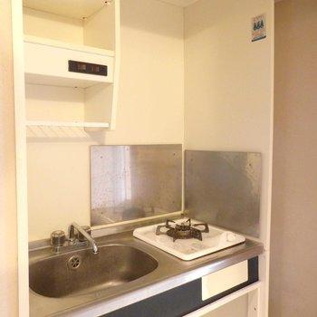 1口コンロのシンプルなキッチン。(※写真は3階の同間取り別部屋のものです)