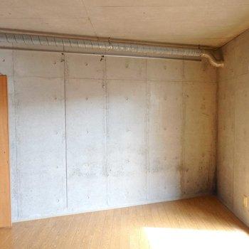 壁面は角張っています。(※写真は3階の同間取り別部屋のものです)