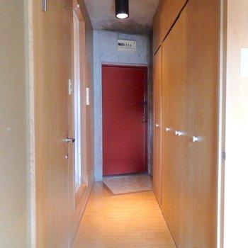玄関の真っ赤なドアがアクセントに!(※写真は3階の同間取り別部屋のものです)