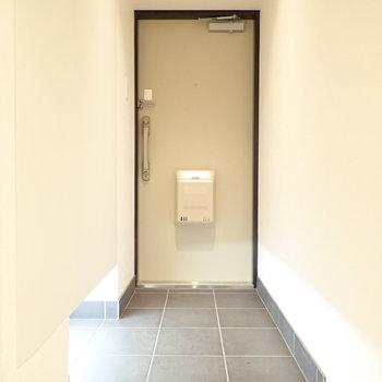 玄関はひろびろ!間接照明が足元を照らしてくれます。