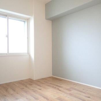 こちらは玄関側の洋室!