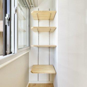 居室の一部分に可動式の棚が!旅の思い出を飾ったり。