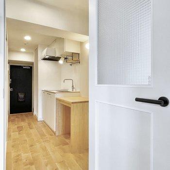 チェッカーガラスのかわいいドアを開けてキッチンへ。