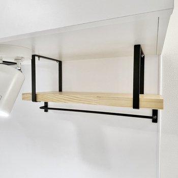 キッチン上部には棚も設置されて使いやすそう〜〜