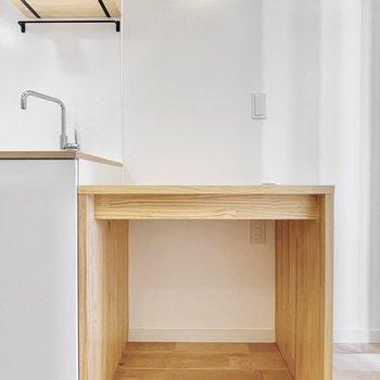 キッチン横にの木製の造作の備え付けテーブルも設置。