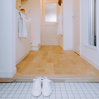 イメージ】白いタイルの上でお気に入りの靴を揃えて。