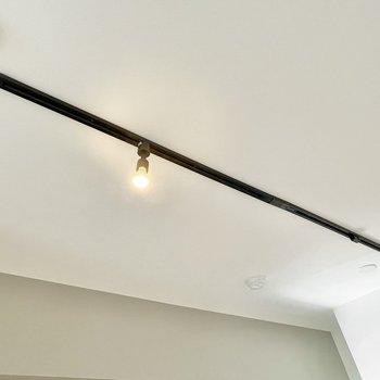 天井には黒のライティングレール!