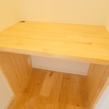 イメージ】キッチン横にの木製の造作の備え付けテーブルも設置