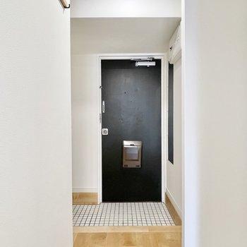 玄関は白タイル敷きで清潔感バッチリ!