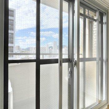 二重窓になっているので、音は気になりにくくなります。