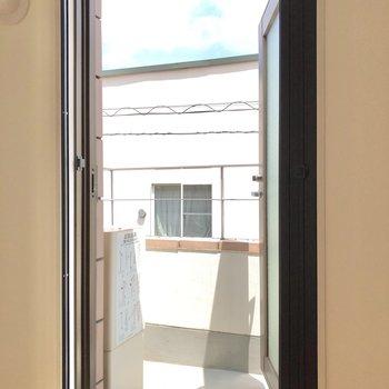 窓からはバルコニーへ出られます。