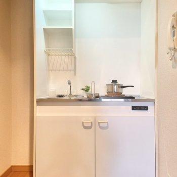 キッチンはコンパクト。※家具はサンプルです