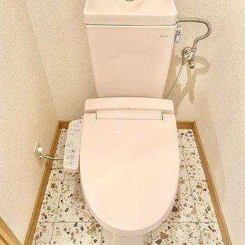 廊下の突き当りには、なんてキュートなピンクのトイレ!タイルもかわいい。