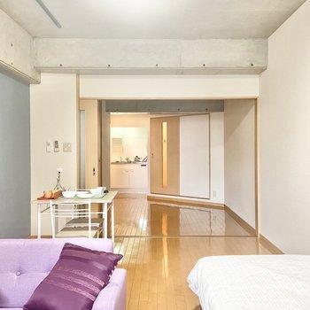 縦長の作りで、DKとの仕切りを開けるととっても開放的な広さに。※家具はサンプルです