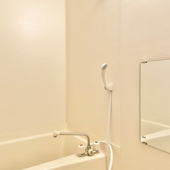 廊下を進んで左側にはお風呂。