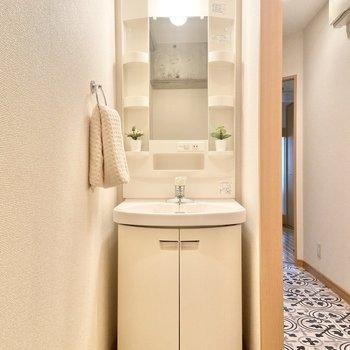 トイレを出て、左側に洗面台。※家具はサンプルです
