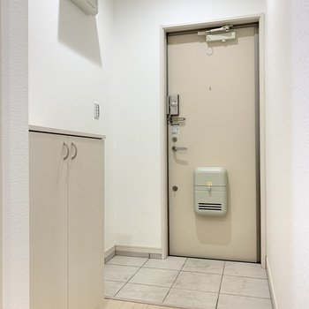 玄関はゆとりあり。靴箱付き!(※写真は2階の同間取り別部屋のものです)