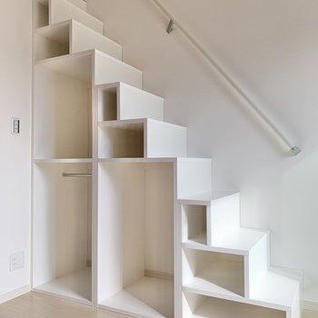 階段式の収納。小さなキューブには観葉植物や雑貨を並べようかな。ではロフトへ。 (※写真は2階の同間取り別部屋のものです)