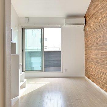 お部屋を入るとこの景色。エアコン付きです。(※写真は2階の同間取り別部屋のものです)