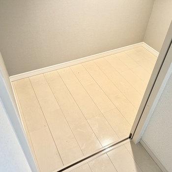 床下収納にはシーズンオフの衣類や家電などをしまっておけます。便利…!