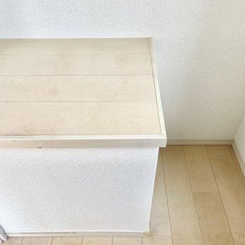 後ろには冷蔵庫が置けます。左は作業スペースとして使えそう。