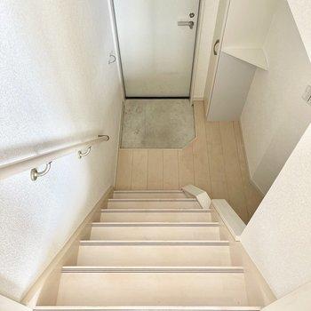 洋室から階段を降りて水廻りへ。