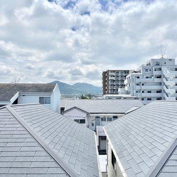 小窓からはお屋根の景色が楽しめます。