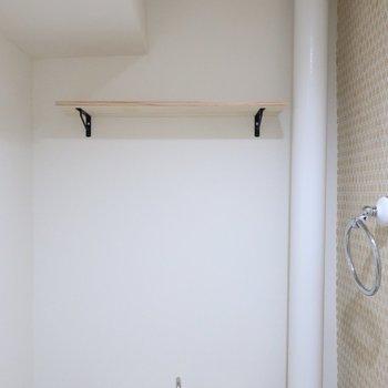 トイレの上にはかわいい棚。香り系の小物を飾ろう。