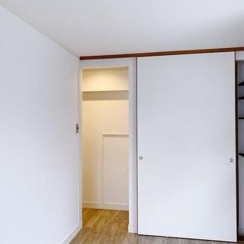 洗面スペースのドアは引き戸。開けると玄関に入れなくなるので注意しましょう。
