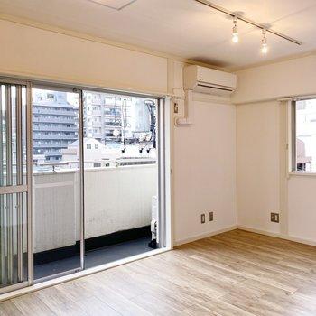 大きな窓と2面採光。木目のフローリングが空間を優しく包みます。