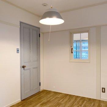 小窓はこちらから開きます。ミニデスクをそばに置くのも可愛いかも。