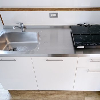 キッチンは1人で作業するなら丁度いいサイズ感。2口IH付きです◯
