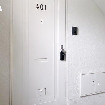玄関前は狭めです。お引越しの際は組み立て式のものがオススメ。