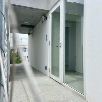 お部屋の前の共有スペースには天井がないのですぐそこに空があるみたい!